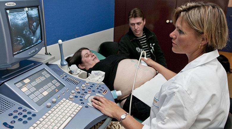 Echographie par une sage-femme, femme enceinte