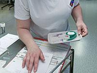 Une infirmière vérifiant une ordonnance