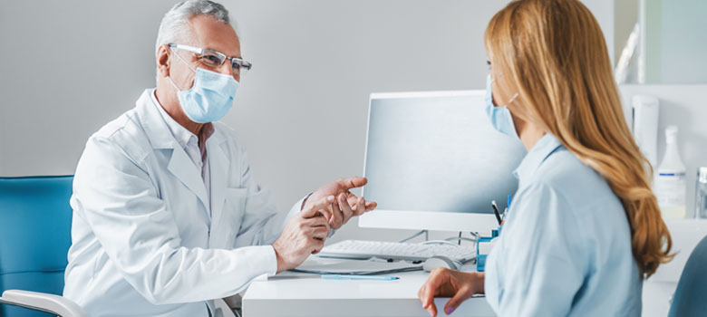 Médecin discute avec patiente