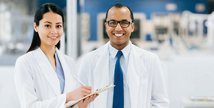 Médecin femme et médecin homme