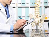 Un médecin écrit sur sa tablette