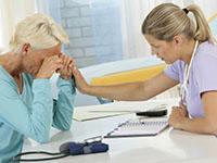 Une femme médecin annonçant une mauvaise nouvelle à une patiente