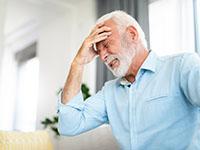Un homme souffrant de migraine