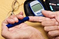 Décès par coma hypoglycémique d'un homme de 82 ans au cours d'un épisode infectieux: les dangers d'une Insulinothérapie inadaptée et mal contrôlée