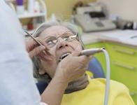 Dentiste soignant une femme agee