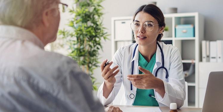 Jeune médecin dialoguant avec un patient