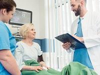 Patient et soignants à l'hôpital