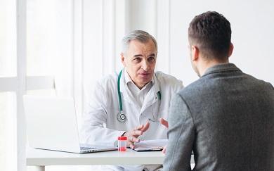 Jeune patient en consultation