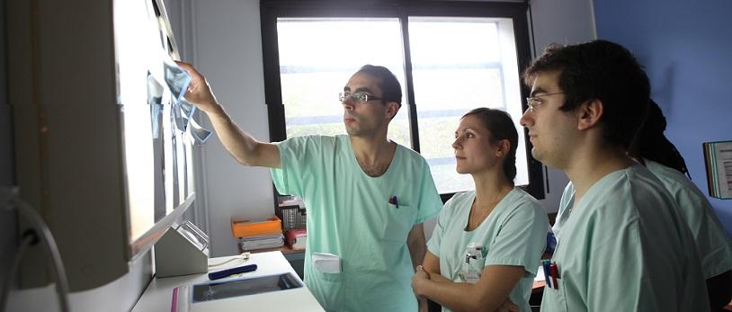 médecins regardant une radio